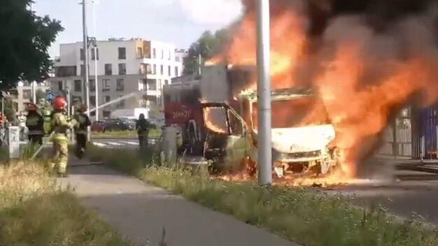 Pożar auta przy Sobieskiego i kłęby czarnego dymu