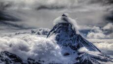 Chmura chorągiew na szczycie Matterhorn (fot. Stephen Burt)