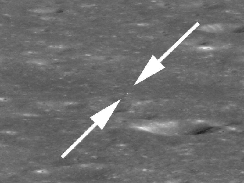 Ten biały punkt na zdjęciu pośrodku strzałek to statek Chang'e 4 (NASA/GSFC/Arizona State University)
